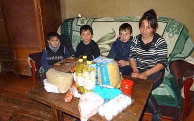 Voedselpakketten, schoeisel, pootaardappelen en schoolspullen
